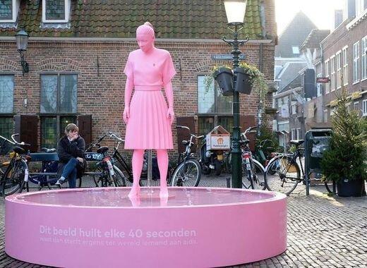 آگاهی بخشی افراد در خصوص بیماری ایدز با مجسمه ای نمادین